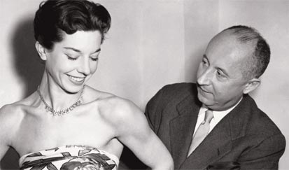 Christian Dior avec le mannequin Dorothy Emms, 1952