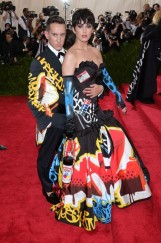 katy_perry__pictured_with_moschino_creative_director_jeremy_scott__wore_a_moschino_dress_jpg_1782_jpeg_2704_jpeg_north_499x_white
