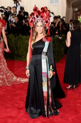 sarah_jessica_parker__in_custom_h_m__with_cindy_chao_jewels_and_a_philip_treacy_headdress_jpg_3103_jpeg_9095_jpeg_north_499x_white