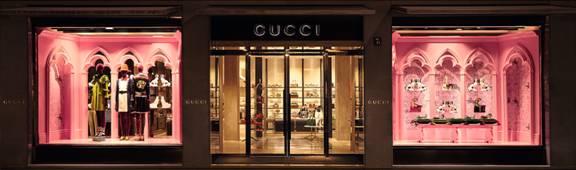 Gucci dévoile de nouvelles vitrines inspirées par le défilé Croisière 2017  de Londres c27d7fc0747